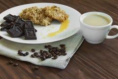 Havermeelkoekjes met honing, chocolade Royalty-vrije Stock Foto's
