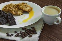 Havermeelkoekjes met honing, chocolade en koffie Stock Fotografie