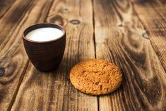 Havermeelkoekjes met melk op een houten achtergrond royalty-vrije stock afbeeldingen