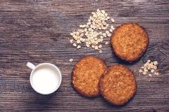 Havermeelkoekjes met melk op een houten oppervlakte, hoogste mening stock fotografie