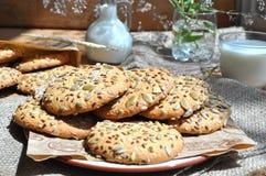 Havermeelkoekjes met zaden Stock Foto's