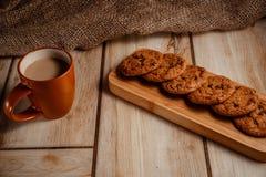 Havermeelkoekjes op een houten plaat met een kop van koffie met melk Het concept natuurlijk en heerlijk voedsel stock foto's