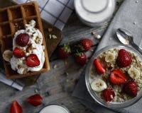 Havermeelontbijt met aardbeien en Belgische wafels stock afbeelding