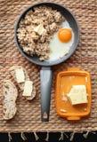 Havermeelontbijt met roereieren en brood en boter Royalty-vrije Stock Afbeeldingen