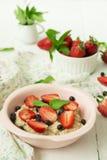 Havermoutpap met bessen - aardbeien en bosbessen Stock Foto