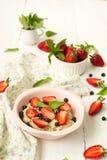 Havermoutpap met bessen - aardbeien en bosbessen Stock Afbeelding