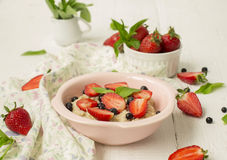 Havermoutpap met bessen - aardbeien en bosbessen Royalty-vrije Stock Foto's