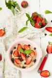 Havermoutpap met bessen - aardbeien en bosbessen Stock Foto's