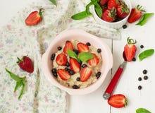 Havermoutpap met bessen - aardbeien en bosbessen Stock Afbeeldingen