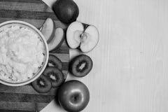 Havermoutpap met fruit op de lijst Royalty-vrije Stock Fotografie