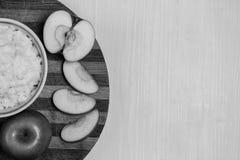 Havermoutpap met fruit op de lijst Stock Foto