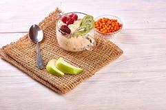 Havermoutpap met fruit op houten achtergrond stock foto's