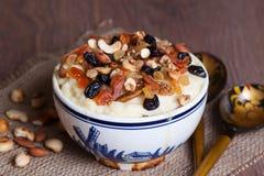 Havermoutpap met gedroogd fruit en noten Royalty-vrije Stock Fotografie