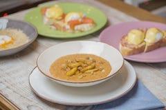 Havermoutpap met plakken van gebakken appel en rozijnen, restaurantschotel Royalty-vrije Stock Afbeelding