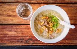 Havermoutpap met traditioneel ontbijt royalty-vrije stock fotografie