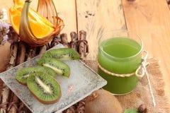 Havervlokken met citrusvruchten, kiwifruit en kiwisap Stock Fotografie