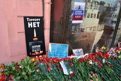 Havet av blommor på affischSKRÄCKEN är INTE nära tunnelbanan Instit Arkivfoton