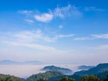 Havet av dimma med blå himmel Royaltyfri Bild