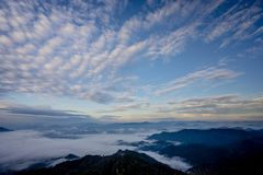 Havet av dimma med skogar och bergdalen som är härligt i naturlandskapet, Doi Thule, Tak landskap, Thailand royaltyfri fotografi