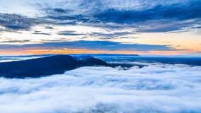Havet av mist i morgonen på den Pha Mo I Daeng klippan Royaltyfria Bilder