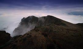 Havet av moln på nötkreaturet drar tillbaka berget i västra Sichuan, Kina arkivbilder
