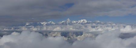 Havet av moln på nötkreaturet drar tillbaka berget i västra Sichuan, Kina royaltyfria foton