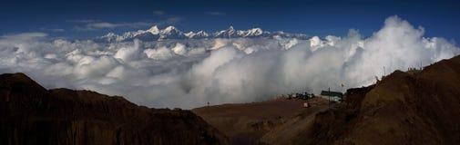 Havet av moln på nötkreaturet drar tillbaka berget i västra Sichuan, Kina royaltyfri foto
