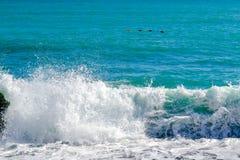 Havet beskådar Vågor bryter ner på stora kust- stenar Fotografering för Bildbyråer
