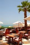 Havet beskådar terrassen av restaurangen på det lyxiga hotellet Royaltyfri Fotografi