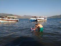 Havet föräldrar fotograferar en badning behandla som ett barn Royaltyfri Fotografi