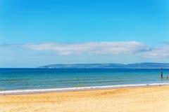 Havet för den sandiga stranden och blått, den härliga soliga dagen, ställe av vilar Fotografering för Bildbyråer