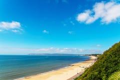Havet för den sandiga stranden och blått, den härliga soliga dagen, ställe av vilar Arkivfoto