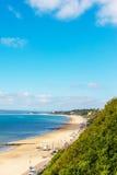 Havet för den sandiga stranden och blått, den härliga soliga dagen, ställe av vilar Royaltyfria Foton