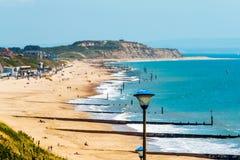 Havet för den sandiga stranden och blått, den härliga soliga dagen, ställe av vilar Arkivbild