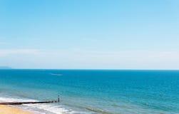Havet för den sandiga stranden och blått, den härliga soliga dagen, ställe av vilar Royaltyfri Fotografi