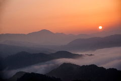 Havet för Jiangxi Wuyuan Shicheng bergsoluppgång av ‹för †fördunklar Arkivfoto