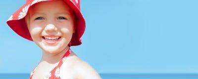 Havet för leendet för flickan för sommarbanerbarnet semestrar det lyckliga Arkivfoton