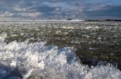 Havet för vintertid fryser upp, och isen är driftig igenom närmare kustlinjen royaltyfri fotografi
