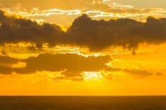 Havet fördunklar soluppgångsolnedgånghorisonten Arkivbilder