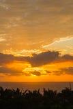 Havet fördunklar soluppgångsolnedgånghorisonten Arkivbild