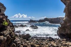 Havet från den Ana Kai Tangata grottan fotografering för bildbyråer