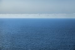 Havet, himlen med moln och konturn av skeppet Royaltyfria Bilder