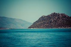 Havet landskap med berg Royaltyfri Fotografi