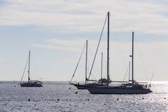 Havet med segelbåtar Arkivbild