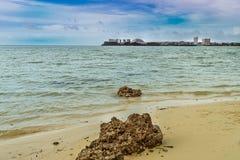 Havet med två stora stenblock som förgrundsintressen Royaltyfri Fotografi