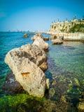 Havet med vaggar och den runda panorama- balkongen i staden av Taranto i Italien arkivfoton
