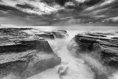 Havet Narrabeen 02 vaggar BW Arkivfoton