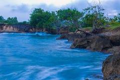 Havet och kors vaggar kust- landskap för landskap Royaltyfria Foton