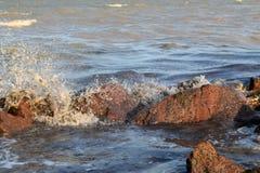 Havet och stenarna Arkivfoto