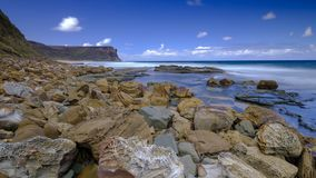 Havet och vaggar på det lilla Garie huvudet i den kungliga nationalparken, nära Sydney, NSW, Australien royaltyfri fotografi